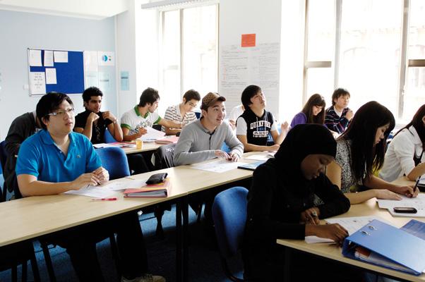 Du học Anh - Chuyên ngành kinh tế - tài chính tại INTO
